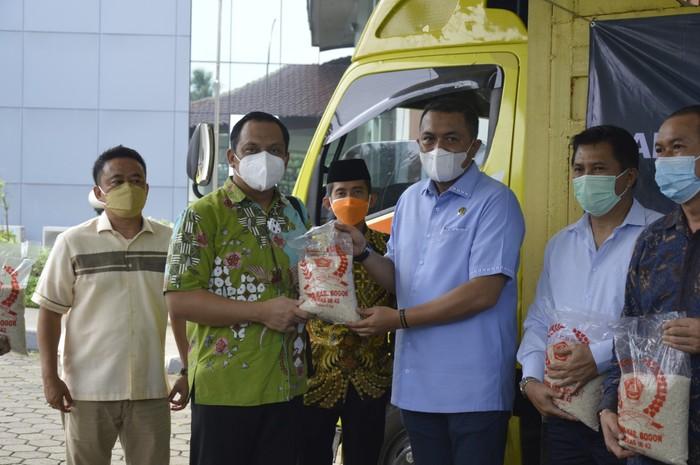 DPRD Kabupaten Bogor Sumbang 60 Ton Beras ke Warga Terdampak Pandemi