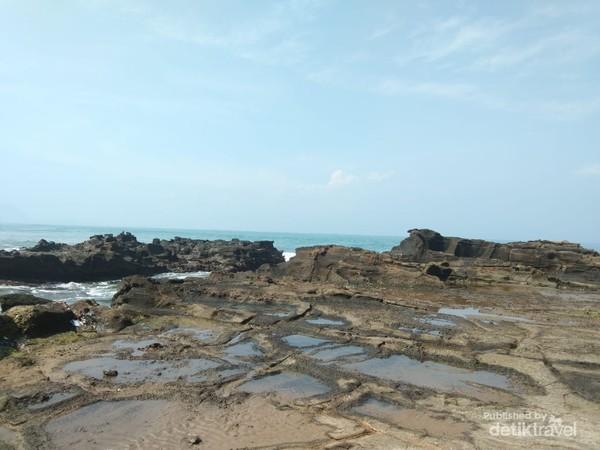 Cekungan di batu karang berbentuk tungku atau hawu dalam bahasa sunda