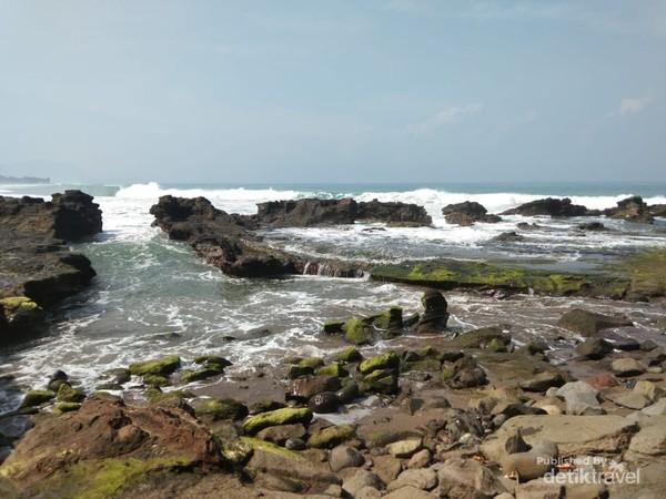 Ombak pantai ini relatif besar, pengunjung harus tetap waspada