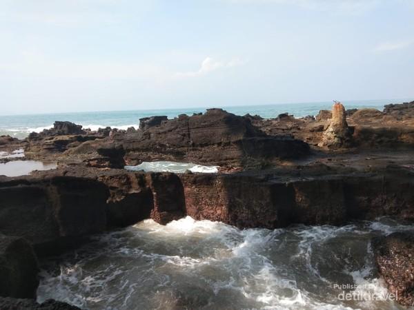 Cekungan pada batu karang jadi ciri khas Pantai Karang Hawu