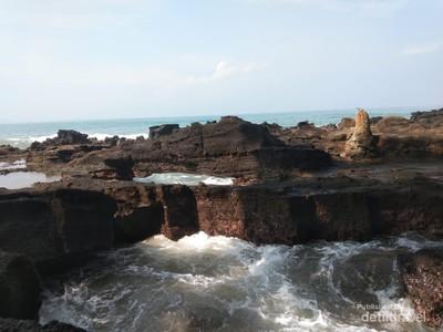 Eksotisme Batu Karang Pantai Karang Hawu Sukabumi