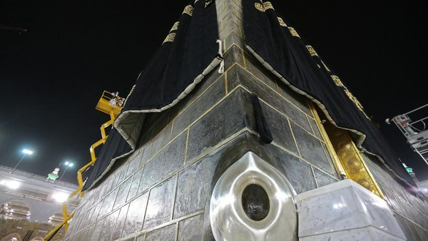 Mencuplik buku Sejarah Mekah karya Dr Muhammad Ilyas Abdul Ghani, Hajar Aswad adalah batu yang tertanam di pojok Selatan Kakbah pada ketinggian kurang lebih 1,10 m dari tanah, panjang 25 cm, dan lebarnya sekitar 17 cm. (AFP/-)