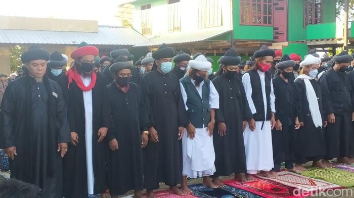 Jemaah An-Nadzir Gowa melaksanakan Salat Idul Adha pagi tadi (Taufiq/detikcom).