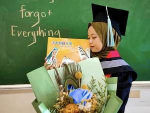 Anak Sopir Angkot Lulus S1 di LN Viral, Ungkap Kisah Balas Hinaan Tetangga