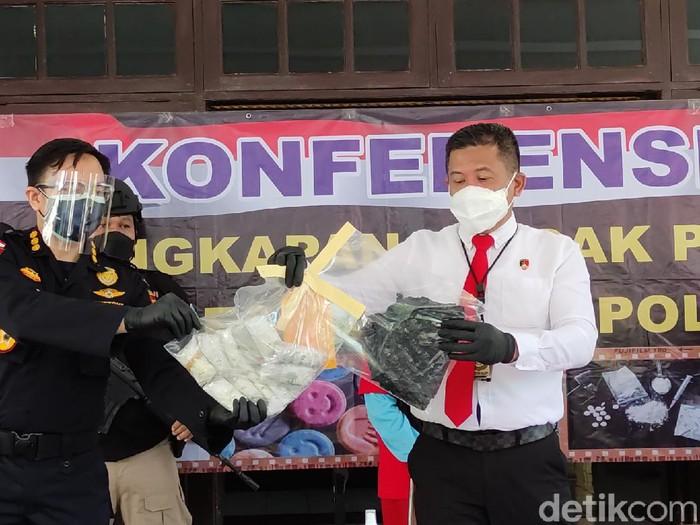 Konferensi pers kasus paket 1 kg sabu di Polda Jateng, Senin (19/7/2021).