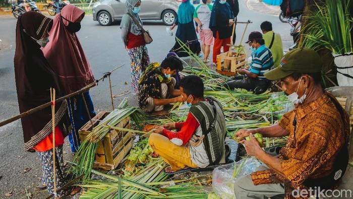 Pedagang tengah membuat ketupat di kawasan Pasar Sektor 2 Bintaro, Tangerang Selatan, Senin (19/7/2021). Menjelang hari raya Idul Adha yang akan jatuh pada Selasa (20/7), pedagang ketupat diserbu oleh masyarakat.