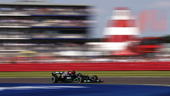 NORTHAMPTON, ENGLAND - JULY 18: Lewis Hamilton of Great Britain driving the (44) Mercedes AMG Petronas F1 Team Mercedes W12 during the F1 Grand Prix of Great Britain at Silverstone on July 18, 2021 in Northampton, England. (Photo by Lars Baron/Getty Images)