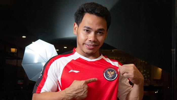 Eko Yuli memperkenalkanligo Kontigen Indonesia di Olimpiade Tokyo 2020.