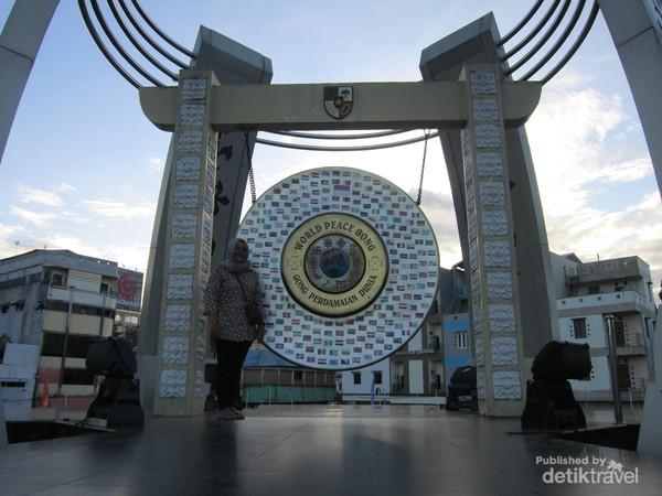 Cukup menaiki beberapa anak tangga saja untuk berfoto di Gong Perdamaian Dunia