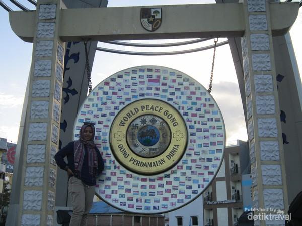 Gong Perdamaian Dunia ditopang oleh beberapa tiang