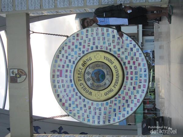 Gong dengan gambar negara dan simbol agama ini sarat akan makna perdamaian