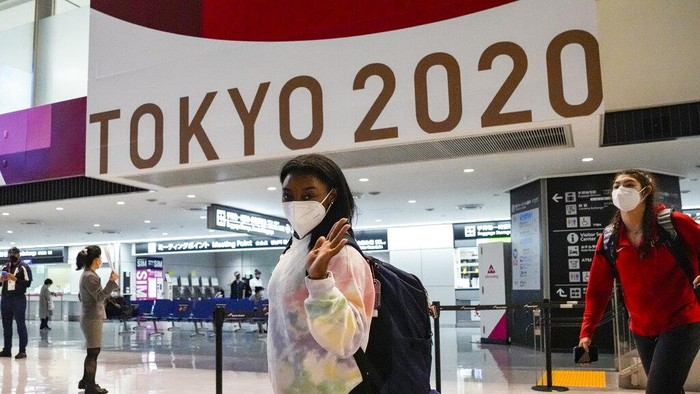 Simone Biles and the U.S. Womens Gymnastics team arrive for the Tokyo 2020 Summer Olympic Games at Narita International Airport Thursday, July 15, 2021, in Narita, east of Tokyo. (AP Photo/Kiichiro Sato)