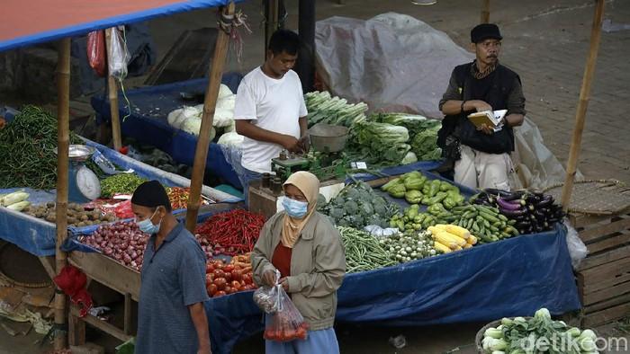 PPKM Darurat berimbas pada aktivitas jual beli di Pasar Cileungsi Kabupaten Bogor, Jawa Barat, Senin (19/7). Kini pasar tersebut sepi pembeli.