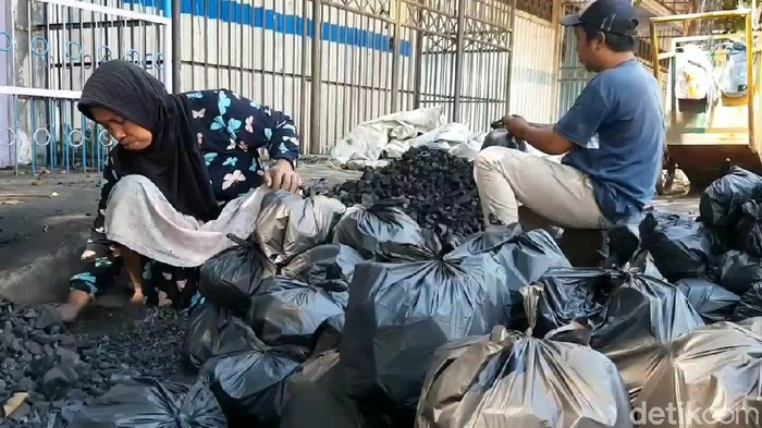 Hari Raya Idul Adha selalu menjadi berkah bagi Munir, pedagang arang di Pasuruan. Arangnya laris manis sehingga omzetnya naik dua kali lipat.