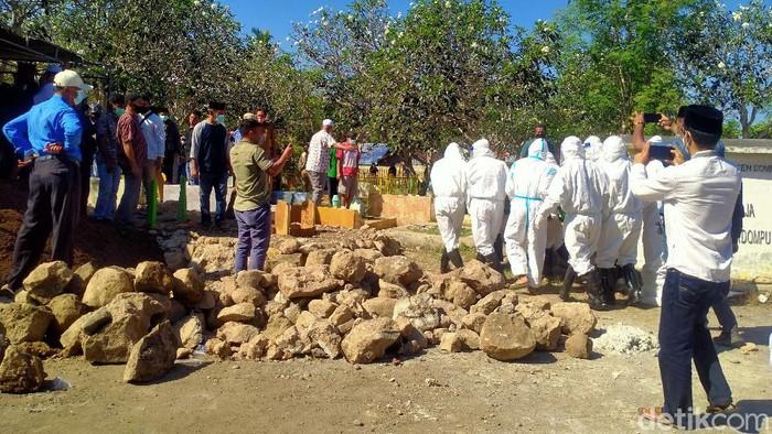 Pemakaman anggota DPRD Dompu positif COVID-19. (Faruk/detikcom)