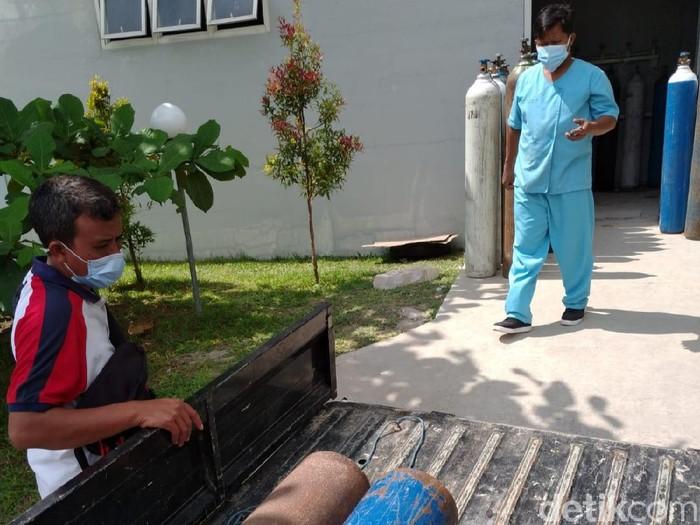 peternak koi meminjamkan tabung oksigen ke RS yang membutuhkan
