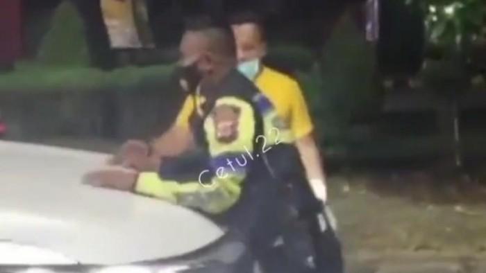 Polisi Karawang Halangi Mobil Penerobos