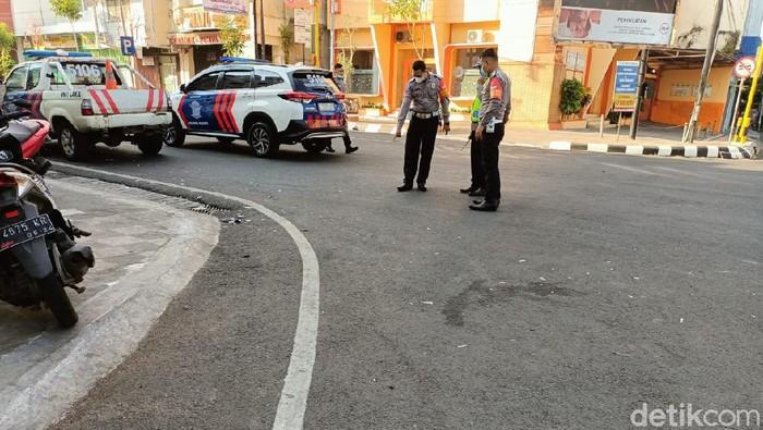 Polisi saat melakukan olah TKP di TKP ambulans disebut tabrak lari pemotor di Jalan Sunan Kudus, Senin (19/7/2021)