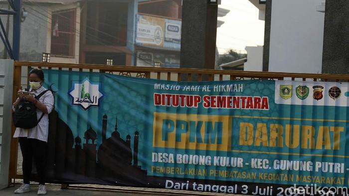 Di masa PPKM Darurat, sejumlah masjid di Kabupaten Bogor ditutup dan dipastikan tidak menggelar salat Idul Adha. Hal itu untuk mencegah penyebaran COVID-19.
