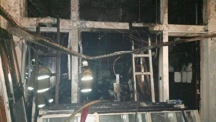 Proses pemadaman api di Kantor BPOM Jakarta.