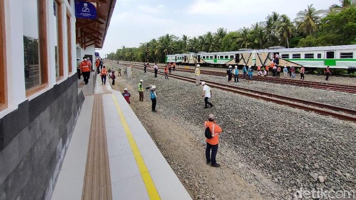 Proses uji coba jalur KA bandara menggunakan KRD di Kulon Progo, DIY, Senin (19/7/2021).