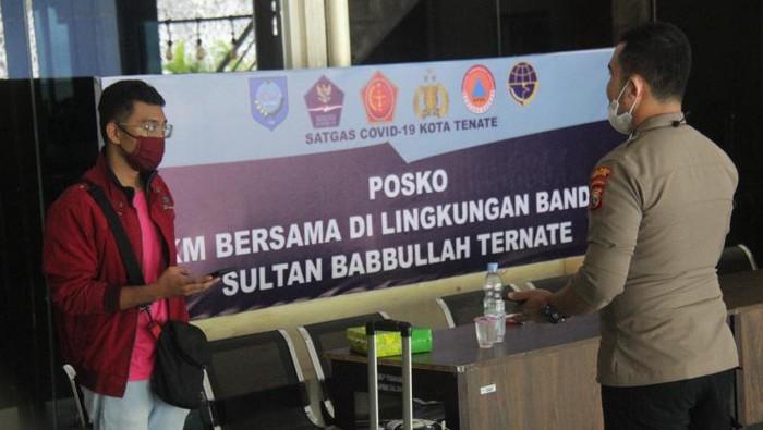Salah seorang penumpang berinisial DW terbang dari Jakarta ke Ternate menggunakan hasil tes swab PCR istri untuk mengelabui petugas (ANTARA/Abdul Fatah)