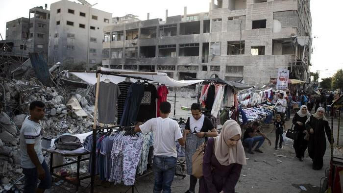 Sejumlah PKL di Palestina terpaksa menggelar lapak demi memenuhi kebutuhan jelang Idul Adha. Ya, mereka menjajakan dagangannya diantara reruntuhan gedung.