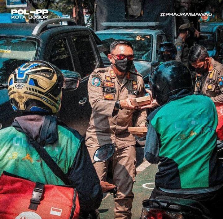 Satpol PP Kota Bogor Sidak Pedagang Sambil Bagi-Bagi Makanan