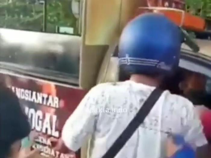 Screenshot video viral pria berhelm serang Satpol PP Pematangsiantar (dok. Instagram)