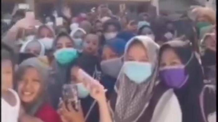 Screenshot video viral warga berkerumun sambut selebgram di Aceh (dok. istimewa)