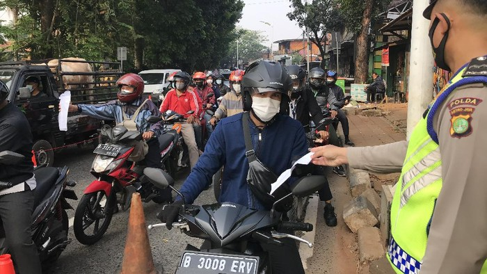 Suasana di pos penyekatan PPKM darurat Lenteng Agung, Jaksel, Senin (19/7/2021)-Nur Aziza/detikcom