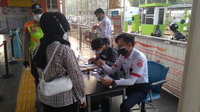 Suasana pemeriksaan STRP di Stasiun Sudimara