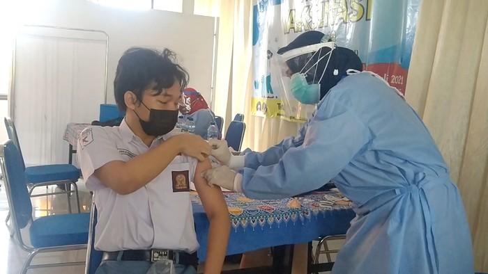 Suasana vaksinasi pelajar di SMAN Bojong, Senin 19 Juli 2021 Foto Robby Bernardi