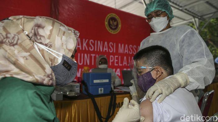 Badan Intelijen Negara (BIN) menggelar program vaksinasi COVID-19 khusus pelajar serentak di enam provinsi di Indonesia, salah satunya di Pekanbaru, Provinsi Riau.
