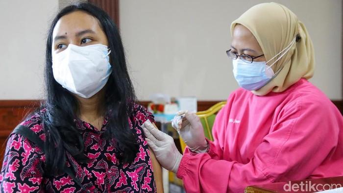 Vaksinasi COVID-19 bagi anak sekolah usia 12 hingga 17 tahun terus dilakukan. Vaksinasi itu untuk mempercepat pemutusan mata rantai penyebaran virus COVID-19 di Indonesia.