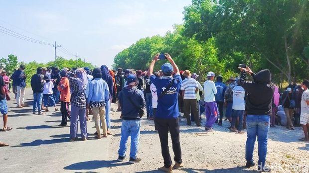 warga demo jalan ditutup pengusaha tambak udang