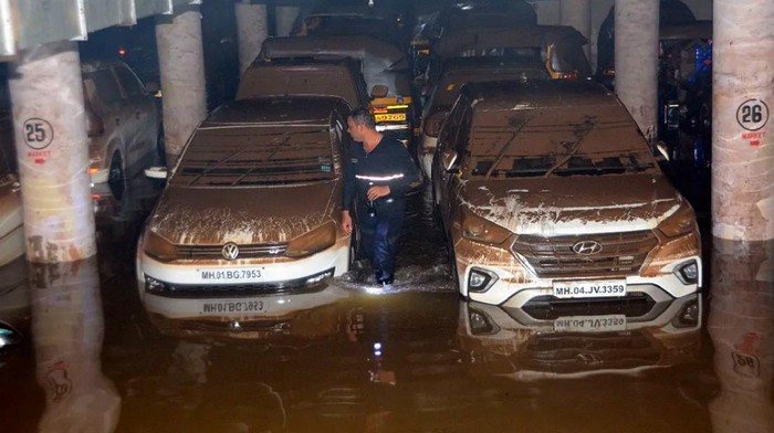 400 mobil terendam banjir di sebuah parkiran di Mumbai, India