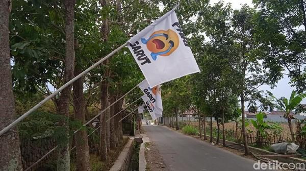 Berawal dari Garut. Para pelaku usaha hotel dan restoran di Garut mengibarkan bendera putih. Ada lima hingga 15 bendera putih yang dikibarkan di setiap halaman hotel. Ada sekitar 30-an hotel dan restoran yang dipasangi bendera putih menangis ini. (Hakim Ghani/detikcom)