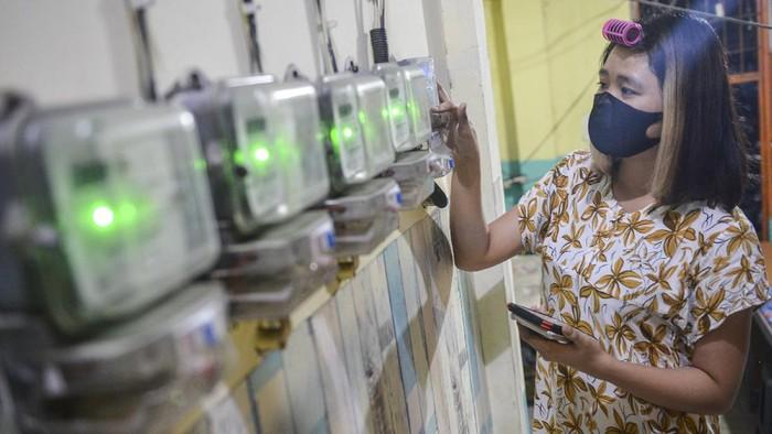 Warga memasukkan pulsa token listrik di salah satu indekos di kawasan Sunter Jaya, Jakarta, Senin (19/7/2021). Pemerintah memutuskan memperpanjang stimulus program ketenagalistrikan saat berlangsungnya Pemberlakuan Pembatasan Kegiatan Masyarakat (PPKM) Darurat berupa diskon tarif tenaga listrik, pelaksanaan pembebasan biaya beban atau abonemen 50 persen serta pembebasan penerapan ketentuan rekening minimum 50 persen sampai dengan triwulan IV atau hingga Desember 2021. ANTARA FOTO/M Risyal Hidayat/aww.