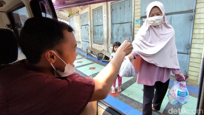 Tahun ini DKM Masjid Agung Ciamis membagikan daging kurban dengan cara berkeliling dan langsung diantar ke rumah warga. Hal itu dilakukan untuk cegah kerumunan.
