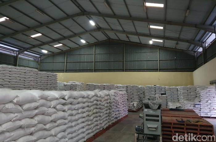 Sebanyak 119.235 Keluarga Penerima Manfaat (KPM) bakal menerima bantuan beras dari Pemkab dan Perum Bulog Cabang Banyuwangi. Ada 1.192.350 kg beras yang akan didistribusikan untuk mengurangi dampak perekonomian di tengah pandemi COVID-19.