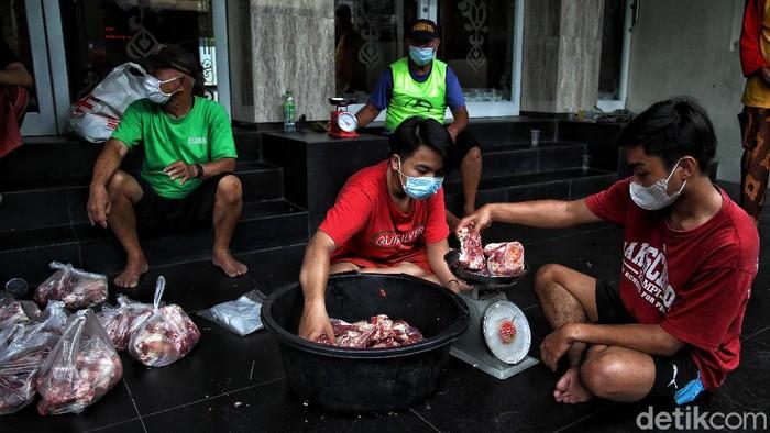 Hari Raya Idul Adha tahun ini bertetapan dengan penerapan PPKM Darurat di sejumlah daerah RI. Guna cegah Corona, pembagian daging kurban terapkan prokes ketat.