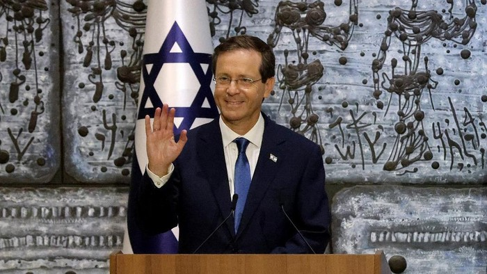 Incoming Israeli president Isaac Herzog gestures during a press conference at the presidents residence in Jerusalem, during a handover ceremony, on July 7, 2021. - Isaac Herzog, a veteran of Israels Labor party, was sworn in before parliament today as the Jewish states 11th president, replacing Reuvin Rivlin in the largely ceremonial post. (Photo by EMMANUEL DUNAND / AFP)