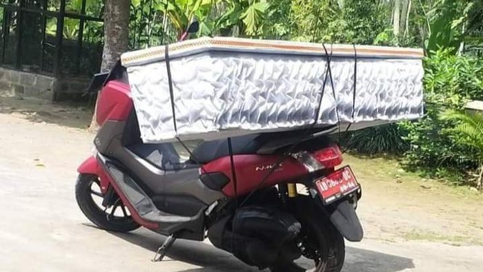 Kades di Klaten angkut peti mati pakai motor, Selasa (20/7/2021).