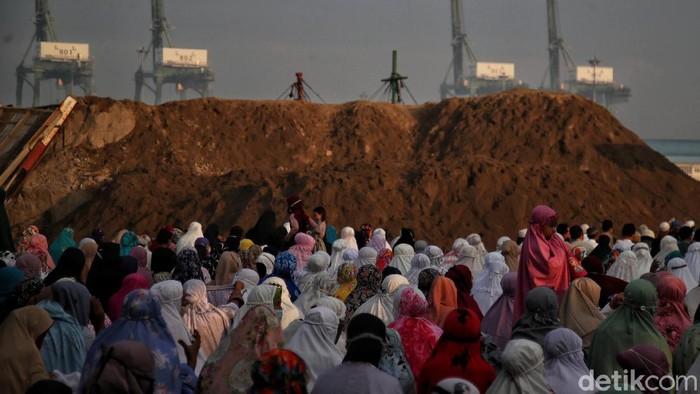 Ratusan warga melaksanakan Salat Idul Adha di kawasan Kalibaru, Cilincing, Jakarta Utara, Selasa (20/7). Kegiatan tersebut bertujuan untuk merayakan di Idul Adha yang di kawasan pesisir Jakarta Utara.