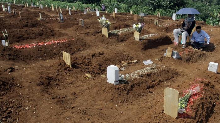Ziarah kubur kerap dilakukan masyarakat di saat Hari Raya Idul Adha. Tak sedikit warga yang datang ke makam korban COVID-19 untuk lantunkan doa di momen itu.