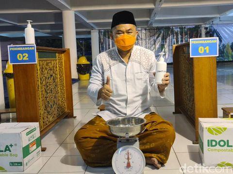 Masjid Al Akbar Surabaya tidak mengelar penyembelihan hewan kurban hari ini. Penyembelihan hewan kurban akan digelar Rabu (21/7).