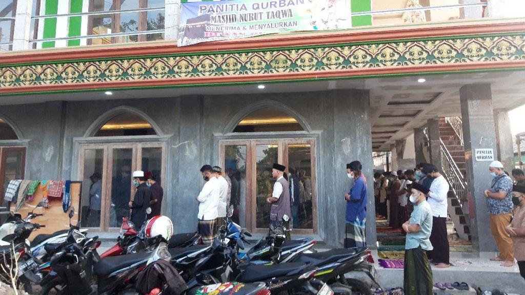 Dua Masjid di Ciputat Gelar Salat Idul Adha, Ada Jemaah Tak Pakai Masker