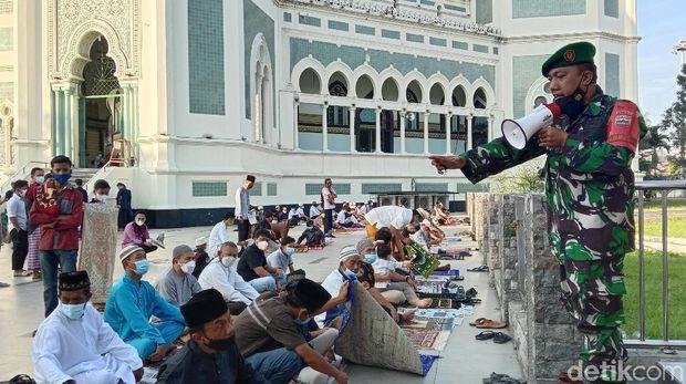 Masjid Raya Al Mashun Medan menggelar salat Idul Adha di tengah PPKM Darurat. Jemaah yang datang terlihat menurun jumlahnya dibanding biasanya. (Ahmad Arfah/detikcom)