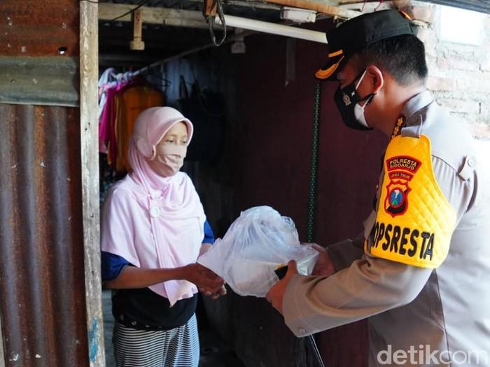 Polisi Sidoarjo membagikan daging kurban secara door to door ke warga kurang mampu. Pembagian daging kurban melibatkan Bhabinkamtibmas.
